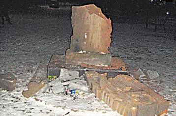Жители Никополя уничтожили памятник украинско-армянской дружбы