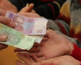 Украинцы забирают гривневые вклады из банков