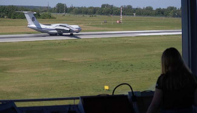 Опубликованы фото американских Black Hawk и КС-135 на аэродроме во Львове