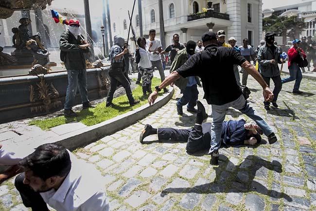 В Венесуэле боевики Мадуро развернули террор против оппозиции (опубликовано видео)
