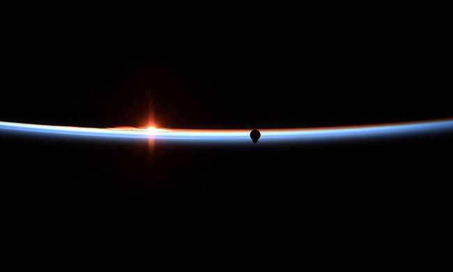 Фото сближения SpaceX Dragon с МКС